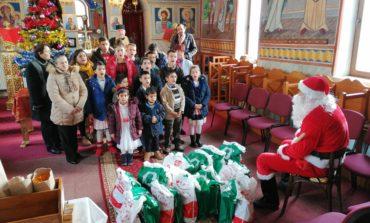 """FOTO: Polițiștii din județul Alba l-au ajutat pe Moș Crăciun să ajungă la copiii ocrotiți în Casa de tip familial """"Sfântul Apostol Andrei"""" din Vingard"""