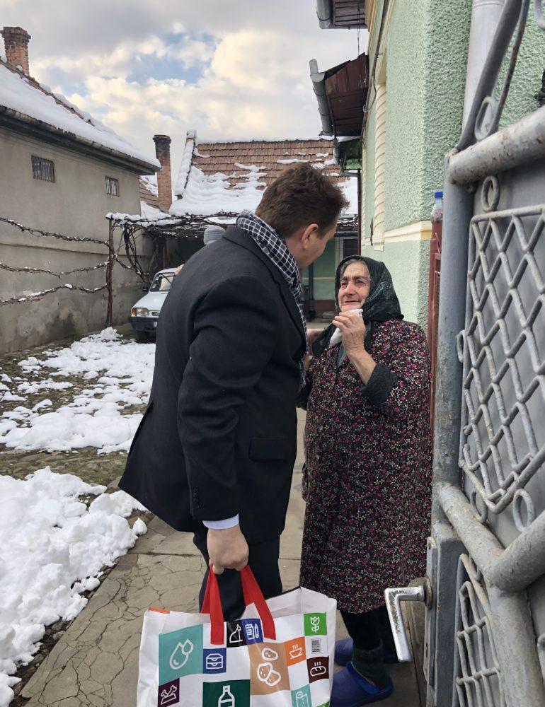 FOTO: Daruri pentru mai multe familii defavorizate din Sebeș, Răhău, Lancrăm și Petrești, oferite de administrația locală