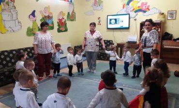 """FOTO: Ziua Unirii Principatelor Române sărbătorită de copiii de la Centrul de Zi """"Sfânta Irina"""" din Blaj"""