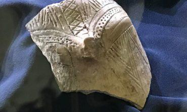 FOTO-VIDEO: Vasul-capac cu reprezentare antropomorfă de la Tărtăria-Gura Luncii, exponatul lunii februarie la Muzeul Unirii din Alba Iulia