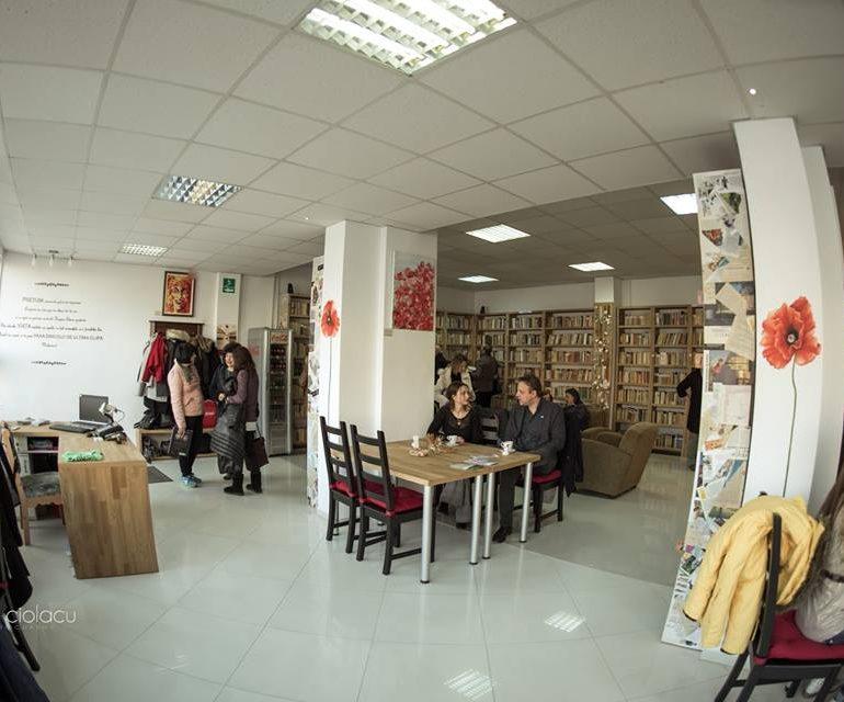 FOTO: Flori de mac, cafeneaua-librărie din Alba Iulia care ajută oamenii bolnavi