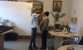 """FOTO: Consultaţii oftalmologice gratuite pentru beneficiarii Așezământului social """"Sfânta Varvara"""" Baia de Arieș"""