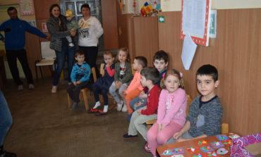 """FOTO: """"Tablou de primăvară"""" în şcolile din comuna Meteş"""