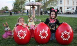 (FOTO) Decoruri de Paşte în Cetatea Alba Carolina: Ouă roșii, Căsuța iepurașului și ciupercuțe