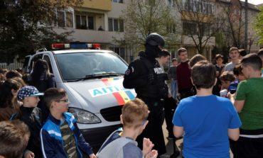 """FOTO: Polițiștii din Alba, alături de copii, în cadrul programului """"Școala altfel"""""""