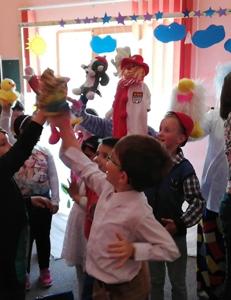 """FOTO: Spectacol cu păpuşi pus în scenă de copiii de la Centrul Educaţional de Zi """"Sfântul Nicolae"""" din Alba Iulia"""