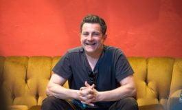 """VIDEO: Actorul Mihai Călin, la """"Povești"""" cu albaiulienii. """"E datoria actorului să nu scape piciorul pe pedală, pe pedala de accelerație..."""""""