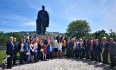 """FOTO: """"Flori pentru Blaga"""", moment solemn la statuia poetului din Lancrăm"""