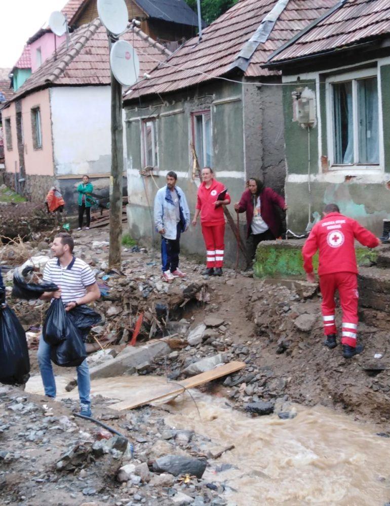 FOTO: Crucea Roşie Română Filiala Alba şi compania Daimler, alături de persoanele afectate de inundaţiile din judeţul Alba