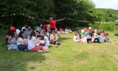 """FOTO: Jocuri și întreceri sportive la """"picnicul distracției"""" pentru copiii ocrotiți în centrele de zi și așezămintele sociale din Vama Seacă și Ocna Mureș"""
