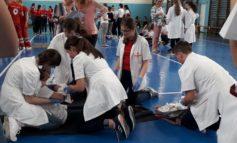 """FOTO: Şcoala gimnazială """"Singidava"""" Cugir va reprezenta judeţul Alba la Faza Naţională a concursului pentru sănătate şi prim ajutor """"Sanitarii Pricepuţi"""""""