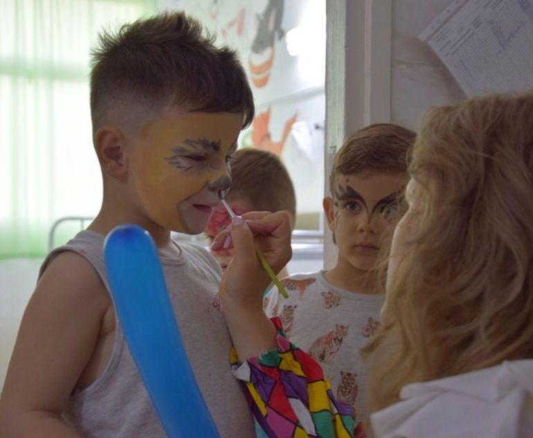 FOTO: Proiect de voluntariat inedit, la Spitalul din Alba Iulia. Petreceri pentru pacienții internați în cadrul secției de Pediatrie, în fiecare miercuri