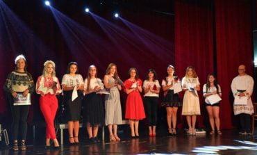 """FOTO: Trofeul Festivalului """"Voices"""", ediția a VII-a, a fost câștigat de VASCUL DIANA ANDREEA, reprezentanta Casei de Cultură a Studenților Târgu Mureș"""