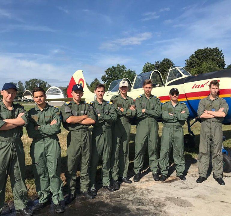 """FOTO: Emoţiile primului zbor cu aeronave militare pentru elevii Colegiului Național Militar """"Mihai Viteazul"""" din Alba Iulia"""