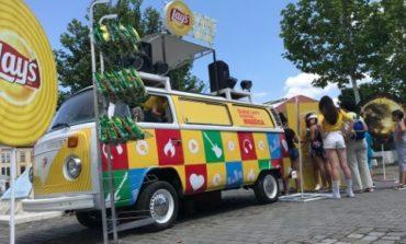 FOTO: Distracție și multe surprize oferite de Caravana Lay's Music în Piața Cetății din Alba Iulia