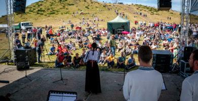 FOTO: Mii de oameni au urcat pe Muntele Găina păstrând tradiția de sute de ani a Târgului de Fete