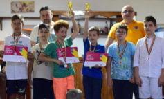 FOTO: Tudor Sfârlog revine spectaculos în activitatea şahistă cu o victorie în faţa lui Mihnea Costachi şi Adrian Sechereş în turneul de seniori la Cupa Pizzeria Iulia