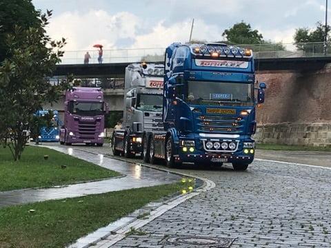 FOTO-VIDEO: Pasionații de camioane modificate au ajuns în Cetatea Alba Carolina. Defilarea mașinilor de mare tonaj