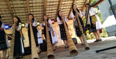 FOTO: Târgul Național de Turism Rural de la Albac: Cei mai buni interpreți la tulnic și-au demonstrat măiestria într-un concurs unic în România