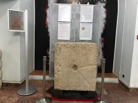 FOTO-VIDEO:  Inscripția onorifică dedicată Împăratului Caius Vibius Volusianus, exponatul lunii septembrie la Muzeul Unirii din Alba Iulia