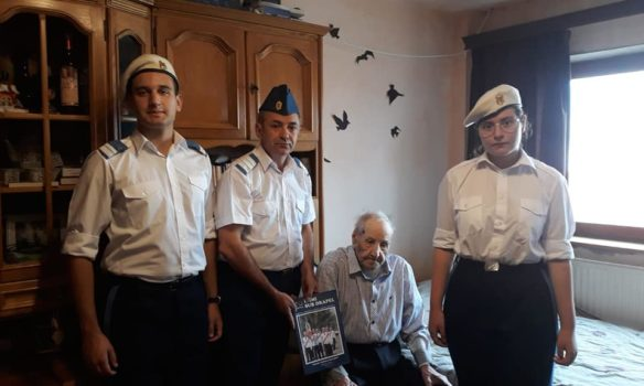 FOTO: Veteranul de război Gheorghe Stremțan din satul Colibi, județul Alba a fost sărbătorit la împlinirea vârstei de 100 de ani
