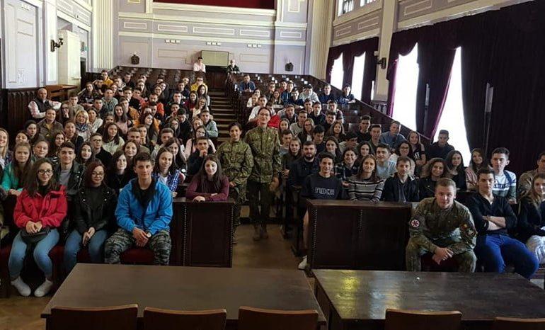 """FOTO: Elevii claselor a X-a de la Colegiul Militar au poposit la Târgu Mureș, acolo unde în urmă cu 100 de ani începea povestea """"cuibului de șoimi de la Mureș"""""""