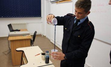 FOTO: Legile fizicii transpuse în experimente de elevii militari