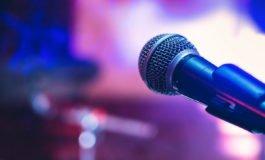 Karaoke la tine acasă. 4 lucruri care să nu-ți lipsească pentru o petrecere de neuitat