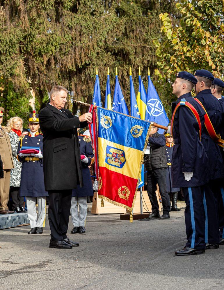"""FOTO: Drapelul de Luptă al Colegiului Naţional Militar """"Mihai Viteazul"""" decorat cu Ordinul """"Virtutea Militară"""" în grad de Ofiţer"""