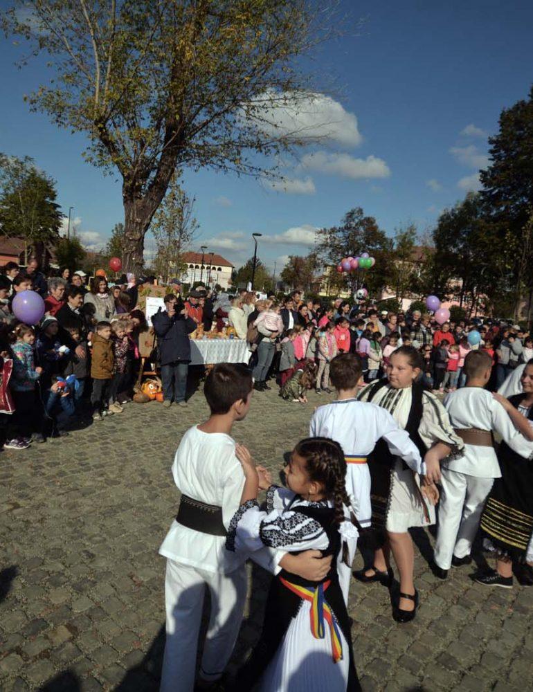 """FOTO: Expoziții, dans și voie bună în Parcul Tineretului din Sebeș, în preambulul Festivalului """"Felician Fărcașiu"""""""