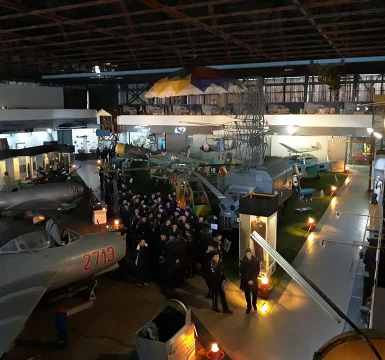 """Elevii Colegiului Național Militar """"Mihai Viteazul"""" din Alba Iulia, în vizită la Muzeul Naţional al Aviaţiei Române"""