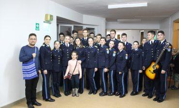 Elevii militari au dus bucuria Crăciunului la copiii și vârstnicii ocrotiți în două centre sociale din Alba Iulia