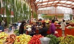 Comercializarea produselor agroalimentare de sezon se derulează și în aer liber în Piața Agroalimentară din Centru