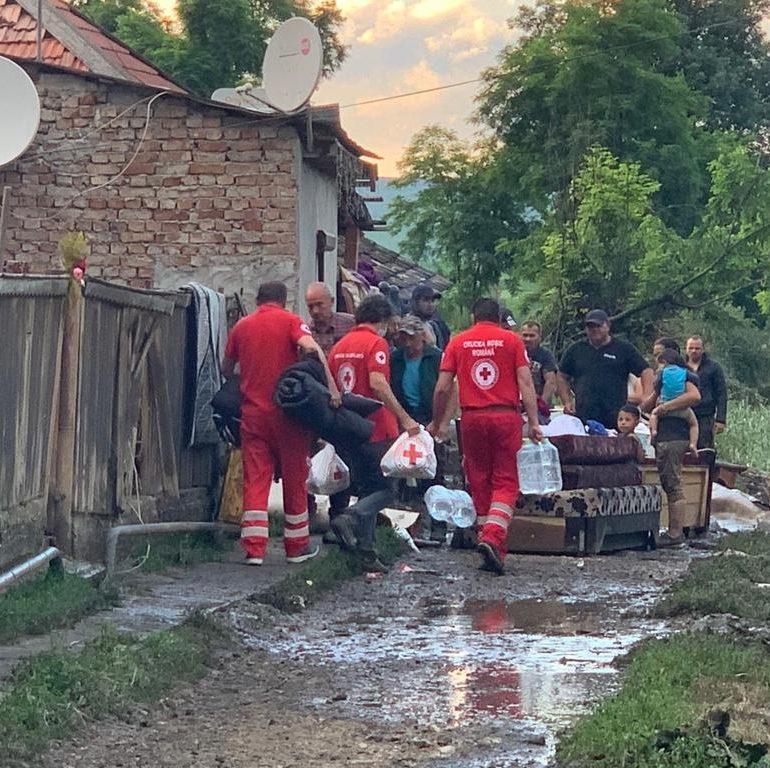 Filiala de Crucea Roşie a Judeţului Alba a distribuit ajutoare de primă necesitate persoanelor afectate de inundaţii în comunele Şona şi Cetatea de Baltă