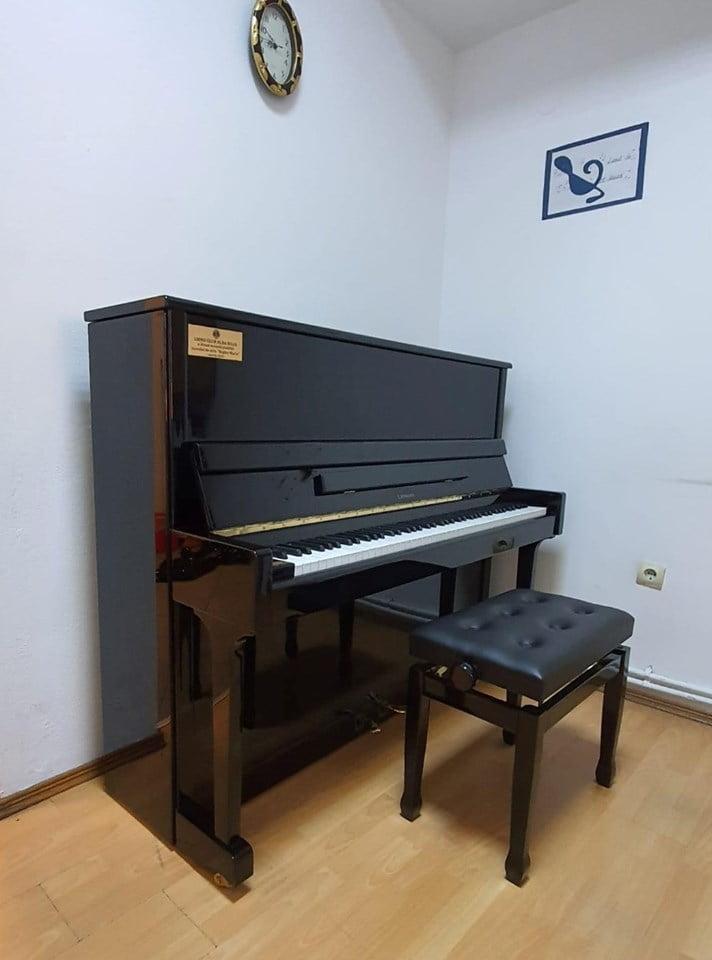 """Clubul Lions Alba Iulia a donat o pianină Liceului de Arte """"Regina Maria"""""""