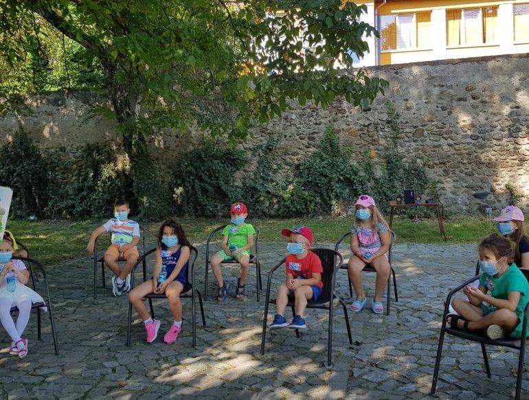 """O FILĂ DE POVESTE… scrisă la Sebeș. Noi activități educative pentru copii propuse de Biblioteca Municipală """"Lucian Blaga"""" Sebeș"""