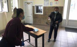 În doar trei zile, 400 de vârstnici din Alba Iulia cu pensii modeste au primit, gratuit, câte un pachet cu 25 de măști medicale de protecție