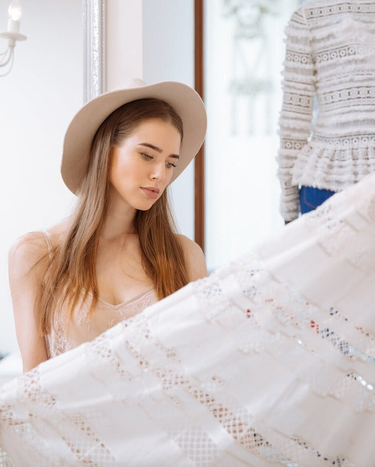 Vrei să dai noutate bluzelor și rochiilor tale? Încearcă să porți un guler detașabil și nu vei da greș!