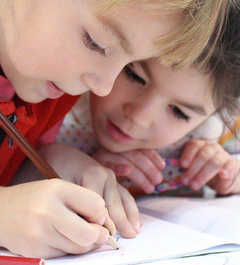 Nu știi cum să îți ajuți copilul cu școala online? Află metodele rapide de a susține performanța