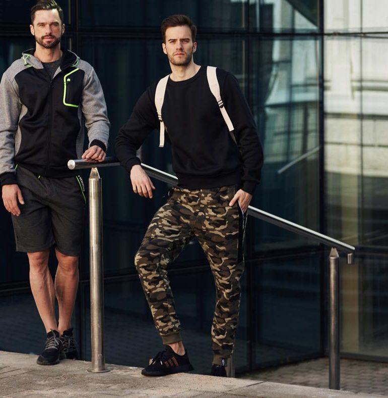 Trenduri pentru bărbați din 2021 – pantaloni de camuflaj!