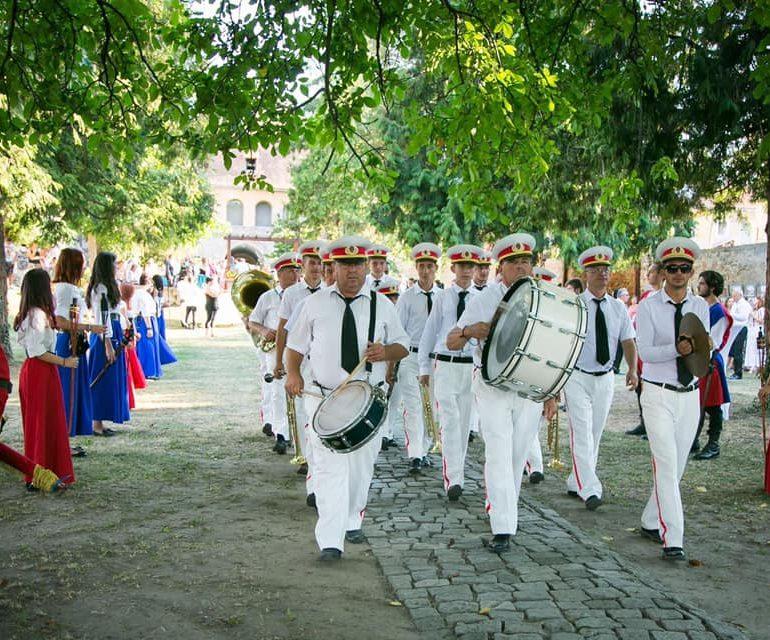 1 Iunie, la Sebeș: Fanfara din Petrești și Scutierii de Muhlbach – primele apariții din acest an, în onoarea copiilor