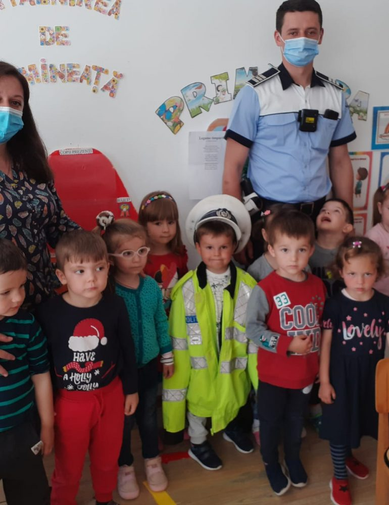 Ziua Internațională a copilului sărbătorită, în avans, de preșcolarii din Câmpeni, alături de polițiști
