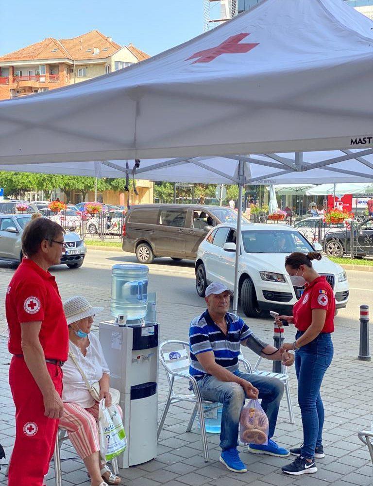Crucea Roşie Română Filiala Alba, alături de populaţia afectată de codul galben de caniculă din Alba Iulia și Aiud